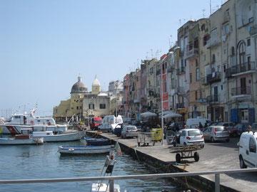この港はいわばプローチダの「表玄関」。コッリチェッラではありません。他の島やナポリからの船はこちらに着きます。