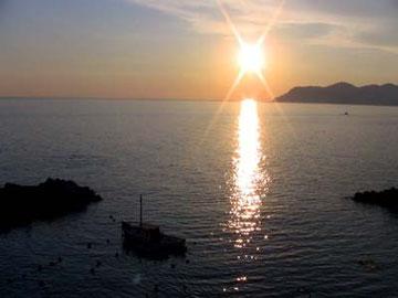 夕日の美しい村。