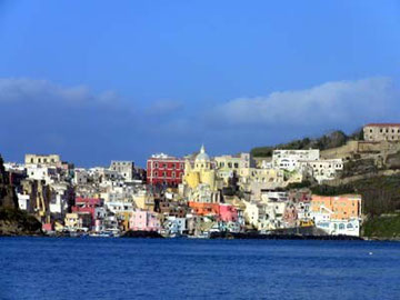 前方から見渡すコッリチェッラ港。