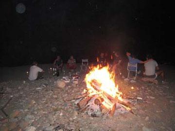火がすっかり暮れたので、たき火して、憩いの場を作ります。