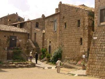 とてつもなく古い家、しかありません。景観を壊すようなもの、一切なし!