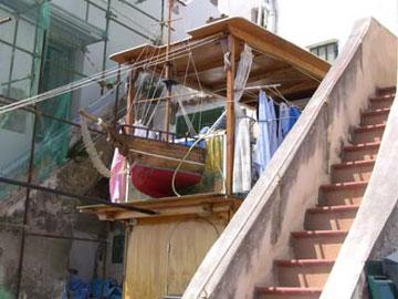 船が突き刺さったデザインのバルコニー