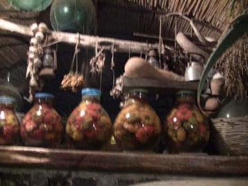 ズラっと並ぶピクルスの瓶。もちろん全部自家製&自家栽培です。