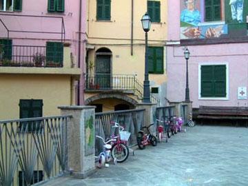 村で、平らな場所はこの広場だけ。だからきっと子供たちが、自転車の練習をしてるんだと思います。広場の壁には沢山の子供用自転車が停めてありました。