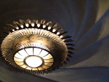 波をイメージした天井と、ランプ