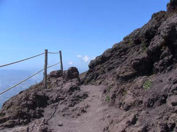 頂上に着いてからも、周囲を散策するためにまだ少し歩きます。足場が悪いので注意!