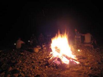 肉も焼けて、どんどん食べて、ワインを飲んで、キャンプファイヤー!