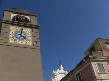 あれ~?この時計塔って普段は白いよね?補修作業中かしら。