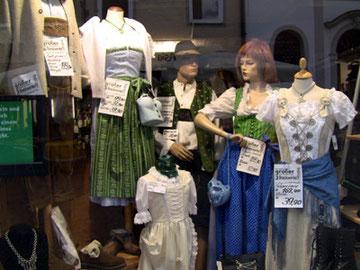 ドイツでよく見かけた民族衣装のお店。可愛い!