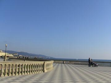 食後に、海岸沿いを散歩。