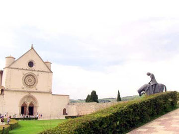 大聖堂前の広場。右にある馬に乗ったうなだれた人が、戦地から帰郷するフランチェスコです。