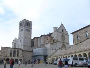 大聖堂は珍しく坂の中腹に建てられており、上下二層と地下があります。