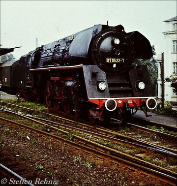 BR 01 0522-1 vom Bw Saalfeld beim Wegsetzen von Postwagen des P 3025 Leipzig - Saalfeld in Gera Hbf (1980)