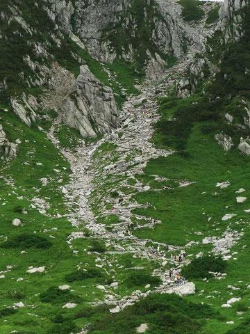 八丁坂には多くの登山者・観光客が