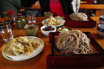 大盛り蕎麦とマイタケの天ぷらで750円はお安い!