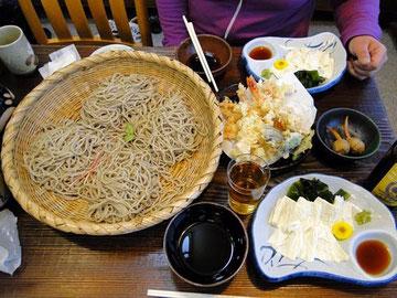 寒晒し蕎麦、海老天盛り合わせ、生湯葉の昼食でした