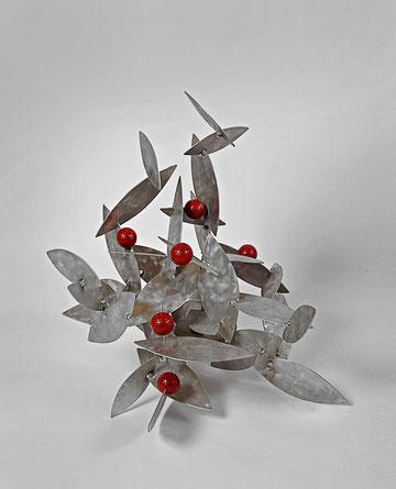 Gebäll im Gebüsch, 60 x 55 x 60 cm, Aluminium, Golfbälle, 2000