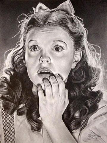 Ilustración del busto de una mujer asustada, en blanco y negro
