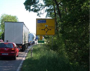Bereits vor den Stadtgrenzen wird der gesamte Straßenverkehr aus dem Westen Ingolstadts gesammelt und komplett durch unsere Straße ins Stadtzentrum und/oder zur Autobahn geführt