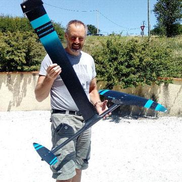 Alexis Marechal présente son windfoil hydroil Aeromod noir et bleu turquoise neuf