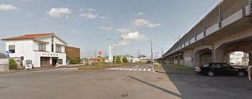 グーグルマップより借用。左がお店右が駅。