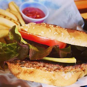 cheeseburger at vroast bistro