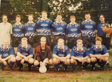 Mannschaftsfoto 1998 - Mannschaft unter Trainer Piet Reeniers mit neuen Trikots durch H-J. Söhl Getränkevertrieb Hönau-Lindorf