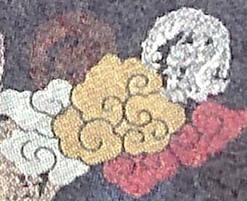 「丸龍」(右上)と、白や朱や金の雲