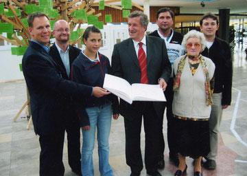 Strahlende Gesichter beim Empfang bei Oberbürgermeister Rolf Schnellecke im Rathaus:  Marco Mehlin (Zweiter von links) übergibt mit Organisatoren des Laufes für Frieden und Toleranz 2004 ein Fotoalbum