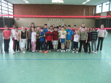 Sportlich, sportlich: Die Spielerinnen und Spieler der 3c und 4a posieren für ein Mannschaftsfoto