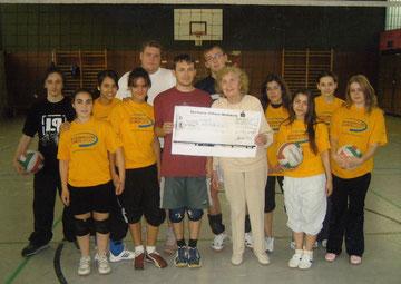 Charlotte Wille übergibt eine Spende an Kinder und Jugendliche vom CVJM Wolfsburg