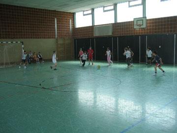 Verbindend: Mädchen und Jungen spielen gemeinsam Fußball