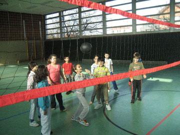 Volle Konzentration: Mädchen pritschen die Volleyballblase mit zwei Händen ein