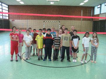 Motiviert: Die Klassen 4a und 4c vor dem Volleyballspiel