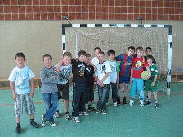 Gruppenbild ohne Mädchen: Die Kicker der 3a und 4c freuen sich auf das Spiel