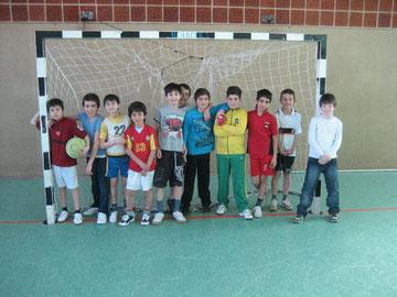 Die jungen Nachwuchsfußballer freuen sich auf das Spiel