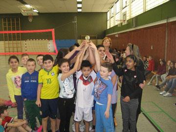"""Schülerinnen und Schüler freuen sich über ihren Sieg und den """"CVJM-Pokal""""."""