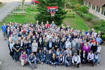 Teilnehmerinnen und Teilnehmer aus über 20 Staaten lächeln für den Fotografen vor dem Haus Solling in die Kamera
