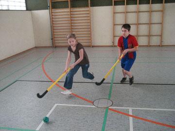 Vorbildlich spielen die Knder den Ball
