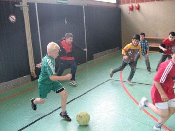 Gute Ballführung: Ein schönes Spiel zwischen den beiden dritten Klassen