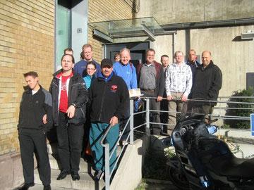 Die Tischtennisspieler aus Wolfsburg und Braunschweig vor der Justizvollzugsanstalt Wolfenbüttel