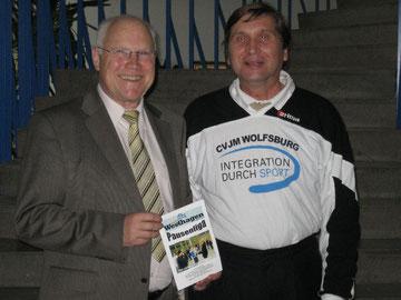 Professor Dr. Wolf-Rüdiger Umbach (links) und Manfred Wille mit der Broschüre zur Westhagener Pausenliga