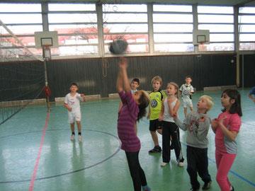 """""""Der Ball kommt über das Netz!?"""", hoffen die Schülerinnen und Schüler"""