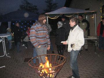 Gespräche erwärmen - aber ein Holzfeuer ist in der Kälte auch sehr angenehm