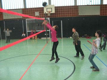 Mädchen pritschen die Volleyballblase ein