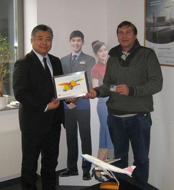 Darren Hua (links) und Manfred Wille mit dem farbenfrohen Bild mit einem fliegenden Elefanten