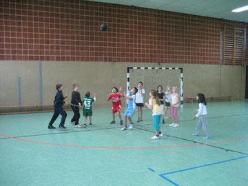 Aufwärmen gehört zum Spiel: Schülerinnen und Schüler der 3a spielen sich die Volleyballblase zu