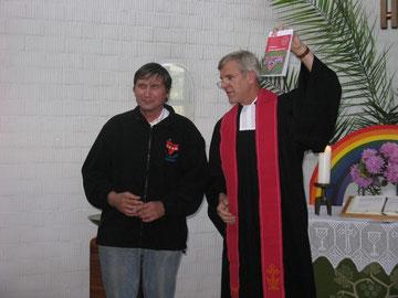 Der damalige Generalsekretär des CVJM-Gesamtverbandes in Deutschland, Professor Dr. Wolfgang Neuser, zeichnet Manfred Wille mit der Goldenen CVJM-Weltbundnadel aus