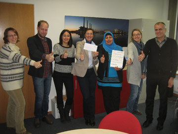 Mitarbeiterinnen und Mitarbeiter des Integrationsreferates mit einer integrativen Briefmarke zum 60. Geburtstag des CVJM Wolfsburg