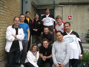 Volleyballerinnen und Volleyballer vor der Justizvollzugsanstalt Wolfenbüttel